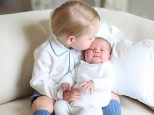 Thế giới - Lộ ảnh cực đáng yêu của tiểu công chúa, hoàng tử Anh