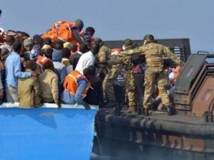 """Tin tức trong ngày - Tàu chiến Anh quá tải vì bị người di cư """"đổ bộ"""""""
