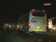 """Camera hành trình - """"Chui"""" vào gầm xe khách, 2 vợ chồng bị cán chết tại chỗ"""
