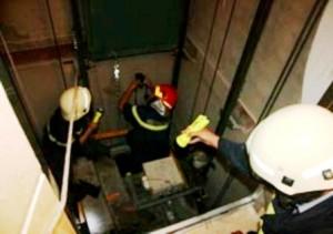 Tin tức trong ngày - Nhân viên kỹ thuật bị chèn trên nóc thang máy tử vong