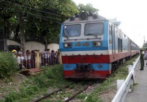 Tin tức trong ngày - Đứng trên đường ray, người đàn ông bị tàu tông chết