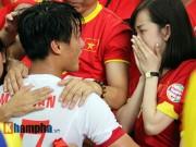 SEA Games 28 - Bạn gái hot girl ôm, hôn an ủi Mạc Hồng Quân