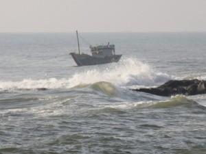 Tin tức Việt Nam - Vịnh Bắc Bộ nổi gió to, sóng lớn