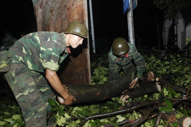 Bộ đội trắng đêm thu dọn cây đổ trong nội thành Hà Nội