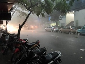 Hà Nội: Nhiều nơi mất điện do  cơn cuồng phong