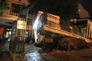 Tin tức Việt Nam - Cận cảnh phòng bảo vệ bị nhổ bật trong cơn cuồng phong