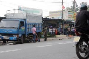 Tin tức Việt Nam - Đứng trên vỉa hè, 2 cha con vẫn bị xe tải kéo lê nhiều mét