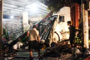 Tin tức trong ngày - Xe container tông sập tường 2 nhà dân ở Sài Gòn