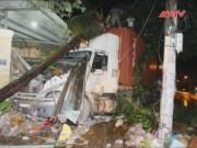 Camera hành trình - Xe container tông sập 2 nhà dân lúc nửa đêm