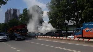 Tin tức Việt Nam - Xe tải bốc cháy dữ dội, tài xế đạp cửa thoát thân