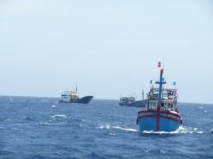 Tin tức Việt Nam - Tàu cá bị lốc đánh chìm, 32 người rơi xuống biển