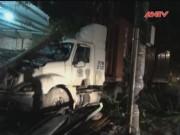 Video An ninh - Tài xế ngủ gật xe container đâm sập quán nhậu ven đường