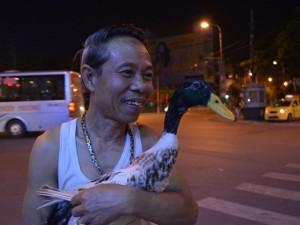 """Tin tức Việt Nam - Ông Năm """"vịt"""" hé lộ """"độc chiêu"""" huấn luyện vịt dạo phố"""
