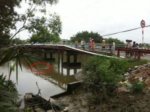 """Tin tức Việt Nam - Thấy xác chết """"bơi"""" về, cần thủ buông cần bỏ chạy"""