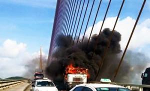 Tin tức Việt Nam - Siêu cáp cầu Bãi Cháy biến dạng sau vụ cháy xe container