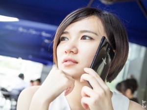 Mỹ nữ và công nghệ - Hotgirl dịu dàng bên smartphone giá rẻ