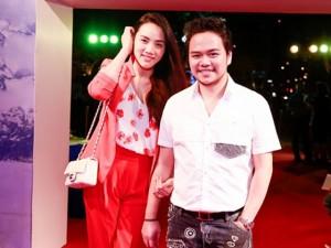 Trang Nhung thon thả đi xem phim cùng ông xã