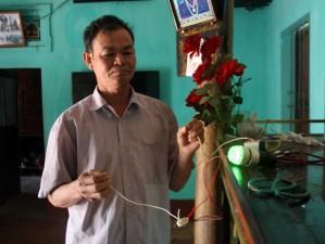 """Tin tức Việt Nam - """"Dị nhân"""" ngậm điện làm sáng bóng đèn giờ ra sao?"""