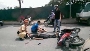 Tai nạn giao thông - Lao xe máy vào CSGT, 2 người nhập viện