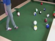 Thể thao - Độc & lạ: Chàng trai chơi bi-a bằng chân cực đỉnh
