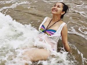 Kim Hiền khoe bụng bầu tháng thứ 8 trên biển