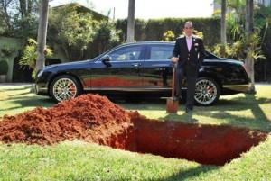 Doanh nhân - Tỷ phú chôn xe 11 tỷ đồng để dùng ở kiếp sau