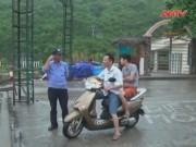 Video An ninh - Khách du lịch ở Cát Bà hiếu kỳ ra bãi tắm… xem bão số 1
