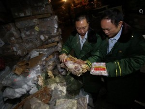 Tin tức trong ngày - TQ: Suýt ngất vì thịt thối đông lạnh 40 năm