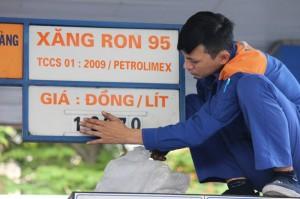 Thị trường - Tiêu dùng - Giá xăng dầu vẫn tăng vọt dù giá nhập giảm tới... 40%