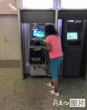 """Tin tức trong ngày - TQ: Bị nuốt thẻ, cô gái dùng tay """"xé xác"""" máy ATM"""