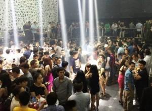 An ninh Xã hội - Đột kích quán bar ở Sài Gòn, phát hiện ma túy, dao găm