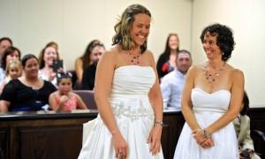 Tin tức trong ngày - Các cặp đồng tính Mỹ lũ lượt đi đăng ký kết hôn