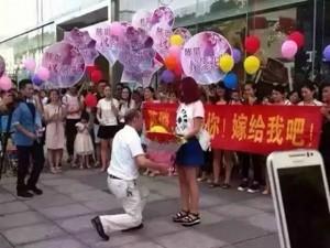 Bạn trẻ - Cuộc sống - Người đàn ông 55 tuổi cầu hôn bạn gái 9x gây sốc