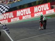 Thể thao - Trượt khỏi xe, tay đua Moto lê gối về đích