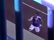 Các giải bóng đá khác - Thú vị: Cầu thủ có vợ ngay sau khi ghi bàn
