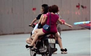 """An ninh Xã hội - CSGT bắt hàng chục quái xế chở """"gái bán hoa"""" ở Hà Nội"""
