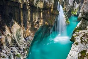 """Vẻ đẹp """"ngộp thở"""" của dòng sông xanh tựa ngọc lục bảo"""