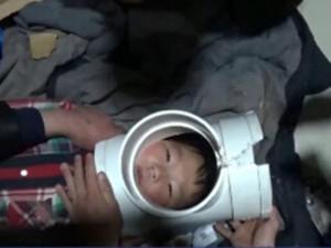 Thế giới - TQ: Giải cứu em nhỏ kẹt đầu trong ống nước
