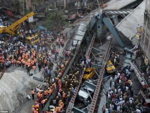 Thế giới - Sập cầu vượt ở Ấn Độ chết 20 người: Lỗi tại Chúa?