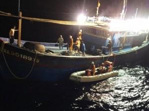 """Tin tức trong ngày - Cứu 6 ngư dân tàu cá """"anh hùng Chan Chu"""" trên biển Hoàng Sa"""