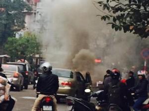 Tin tức trong ngày - HN: Ô tô 4 chỗ bất ngờ chết máy rồi bốc cháy giữa đường