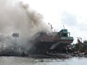 Tin tức trong ngày - Tàu cá chứa 8.000 lít dầu bốc cháy dữ dội sau tiếng nổ