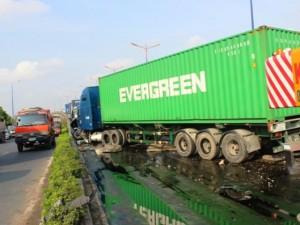 Tin tức trong ngày - Xe container gây tai nạn liên hoàn giữa TPHCM