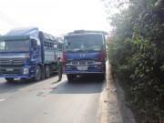 Tin tức trong ngày - Trèo qua dải phân cách, bị xe tải tông, kéo lê