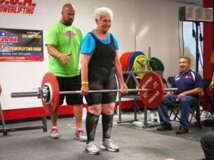 Phi thường - kỳ quặc - Kinh ngạc cụ bà 78 tuổi nâng tạ nặng 102kg