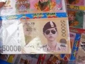 """"""" Đại úy """"  Song Joong Ki được in lên tiền âm phủ Đài Loan"""