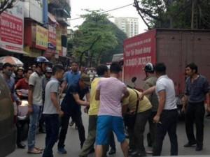 Tin tức trong ngày - Lạng lách trốn CA, tài xế bị dân chặn đánh, đập vỡ kính xe