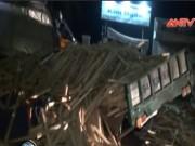 """Video An ninh - Xe tải đấu đầu, 2 tài xế """"chết cứng"""" trong cabin"""