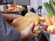 Sức khỏe đời sống - Thực hư việc rửa thịt gà trước khi nấu có thể gây chết người?