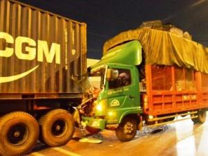 Tin tức trong ngày - Xe tải tông đuôi container, 2 người thương vong